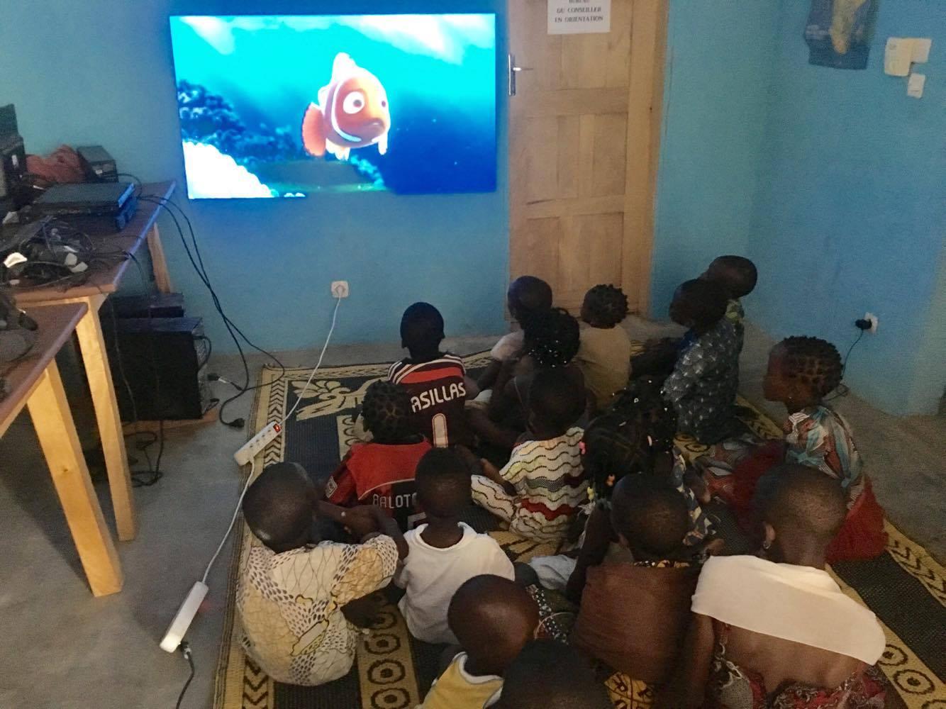Les enfants devant un dessin animé
