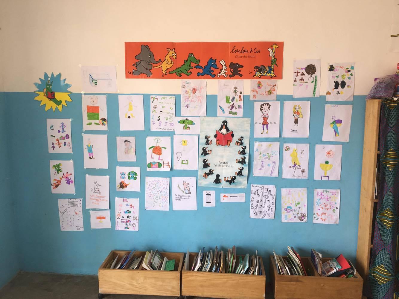 Le mur de la médiathèque décoré par les enfants