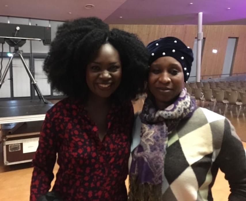 Adjaratou avec Roukiata Ouedraogo lors de son spectacle à Nantes