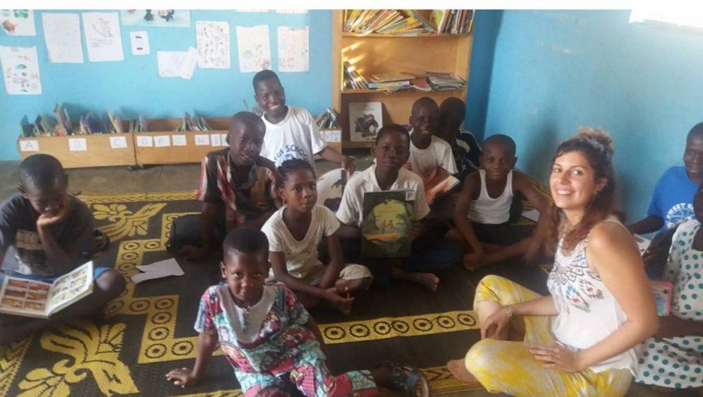 géraldine animant un atelier de lecture à la médiathèque